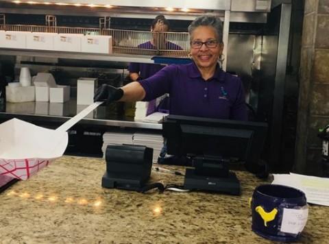 Restoran Ayam Goreng di New Orleans Perkenalkan Sistem Katrol untuk Pelanggan