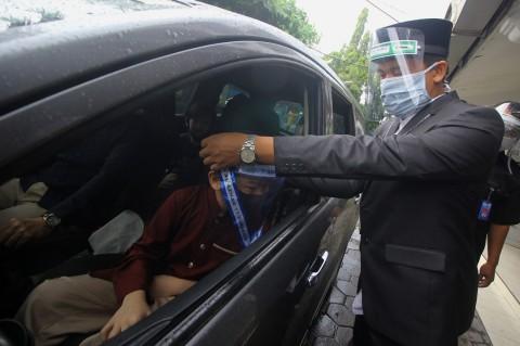 SD Islam Al Azhar Surabaya Gelar Wisuda Drive Thru