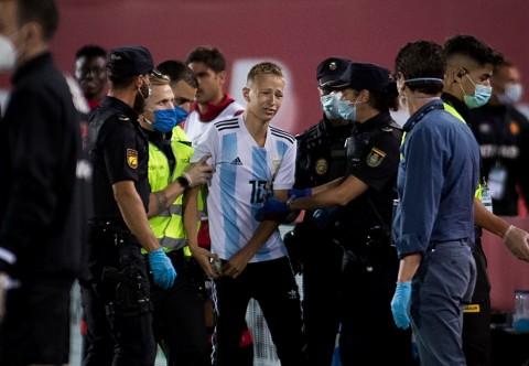 Fans Tetap Nekat Masuk Lapangan Demi Messi