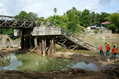 Jembatan Molintogupo di Gorontalo Ambruk Diterjang Banjir
