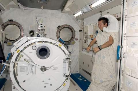 Bagaimana Cara Astronaut Tidur di Luar Angkasa?