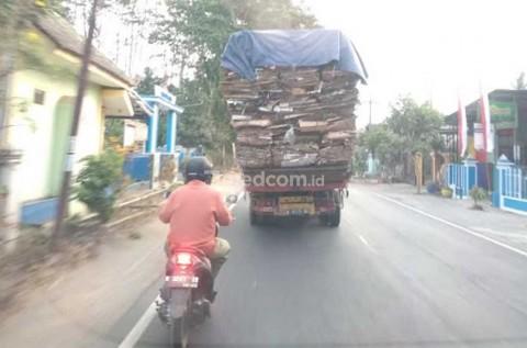 Pentingnya Menjaga Jarak Aman Sepeda Motor saat di Belakang Bus/Truk