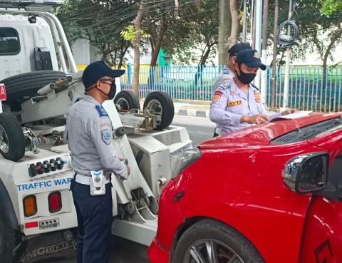 Dishub DKI Mulai Derek Kendaraan Parkir di Bahu Jalan