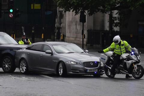 Detik-detik Mobil PM Inggris Tabrakan Beruntun