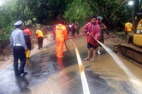Longsor Tutup Ruas Jalan Tasikmalaya-Karangunggal