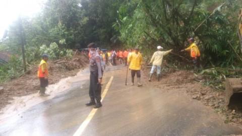 Longsor Putus Akses Jalan di Tasikmalaya