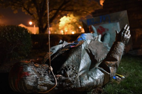 Lagi, Demonstran Robohkan Patung Konfederasi AS