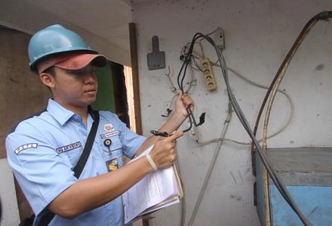 Petugas Catat Meter PLN Kembali Datangi Rumah Pelanggan