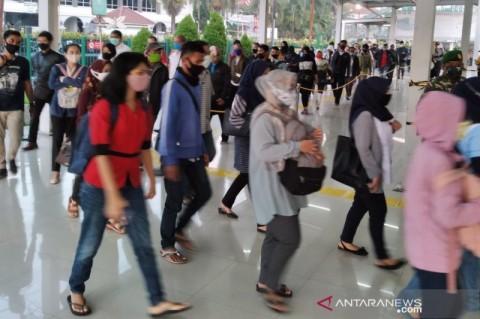 Antrean Penumpang KRL Mengular di Stasiun Bogor