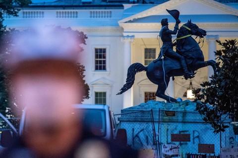 Demonstran Gagal Robohkan Patung Andrew Jackson di Gedung Putih