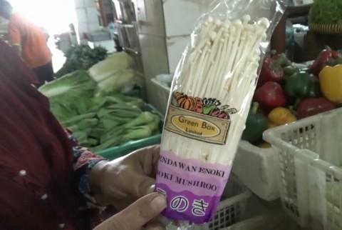 Jamur Enoki Masih Dijual di Pasar Kramat Jati