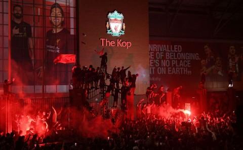 Polisi Tegur Suporter Liverpool yang Berpesta di Jalanan Sekitar Anfield