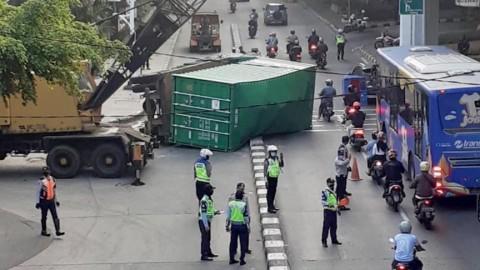 Tabrak Pembatas Jalan, Truk Trailer Terguling di Jakut
