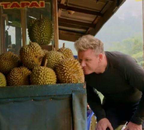Momen Gordon Ramsay Mencoba Durian Sumatra
