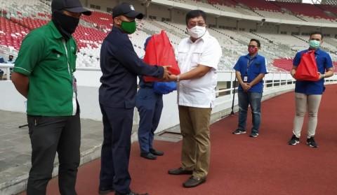 Eks Dirut Persija Salurkan Bantuan Sembako ke Pekerja di Stadion GBK