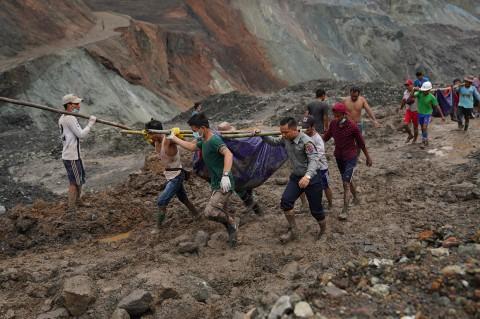 Sulitnya Proses Evakuasi Korban Tewas Longsor Tambang Giok Myanmar