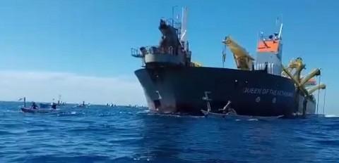 Nelayan Usir Kapal Pengeruk Pasir di Laut Makassar