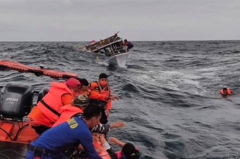 Evakuasi Penumpang Kapal Guide DCDC yang Tenggelam di Perairan Buton