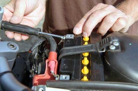 Trik Mudah Mendeteksi Aki Motor Injeksi Mulai Lemah