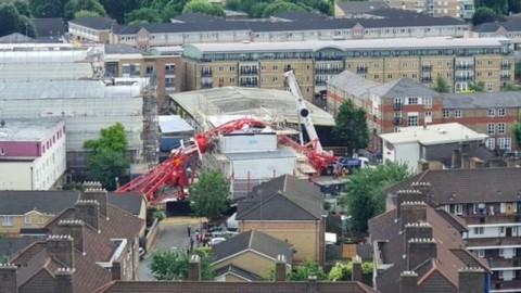 Crane Roboh Menimpa Rumah Warga di London, 1 Orang Tewas
