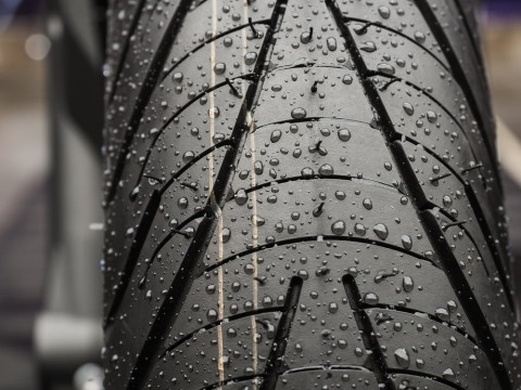 Mulai Masuk Musim Hujan, Perlu Ganti Ban Motor?