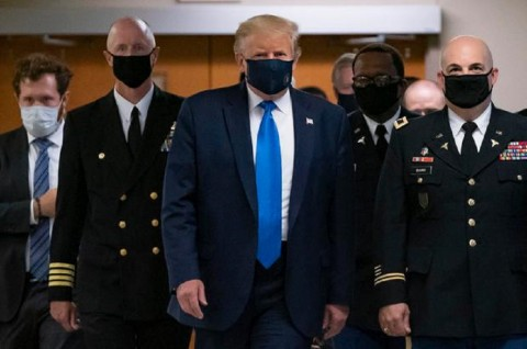 Trump Akhirnya Pakai Masker di Ruang Publik
