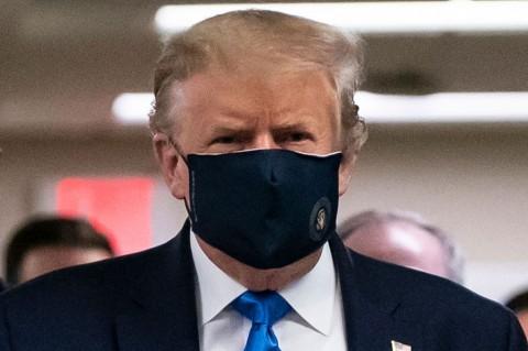 Trump Kenakan Masker di Depan Publik untuk Pertama Kalinya