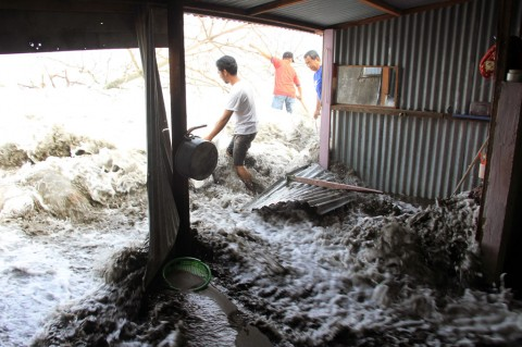 Banjir Rob Rusak Puluhan Rumah Warga Meulaboh