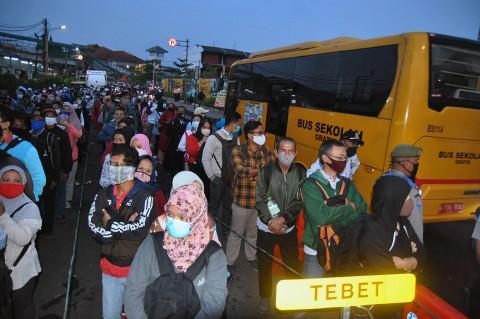 Calon Penumpang KRL di Bogor Antusias Pilih Bus Gratis