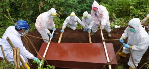 Kisah Polisi di Malang Jadi Relawan Pemakaman Jenazah Covid-19