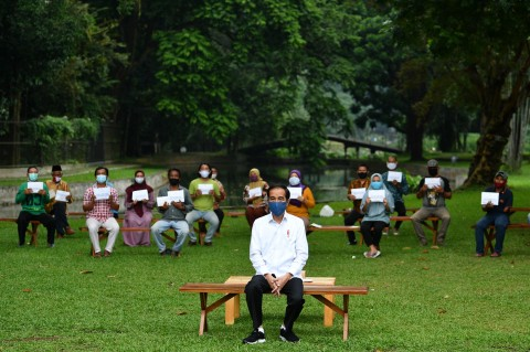 Jokowi Beri Modal Kerja Rp2,4 Juta untuk Pedagang Kecil