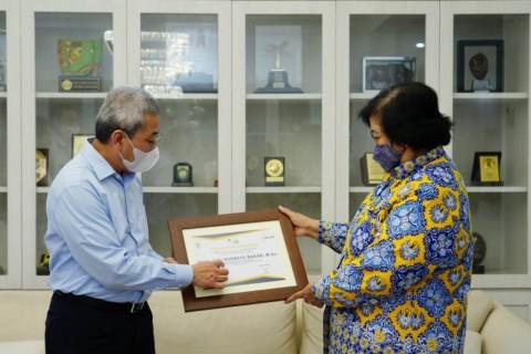 Menteri LHK Terima Penghargaan Kepatuhan Pajak