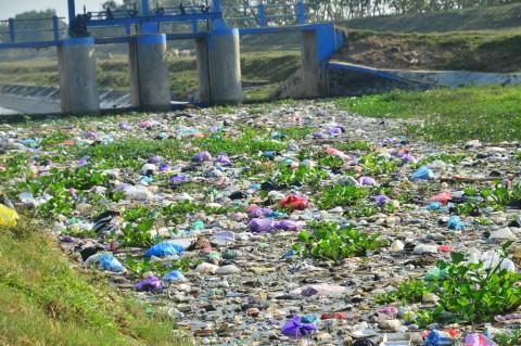 Sampah Penuhi Saluran Irigasi