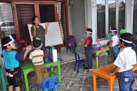 Guru TK di Medan Datangi Rumah Murid untuk Mengajar