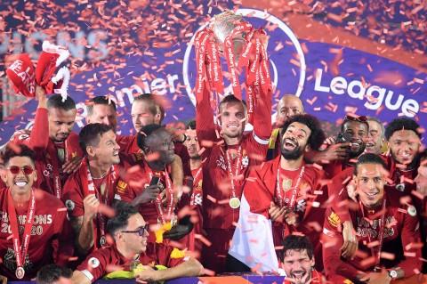 Liverpool Angkat Trofi Liga Premier