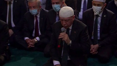 Erdogan Baca Alquran saat Salat Perdana di Hagia Sophia