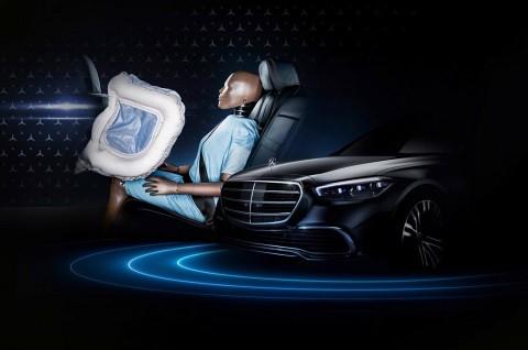 Airbag Penumpang Belakang Mercedes-Benz, Perdana di Dunia