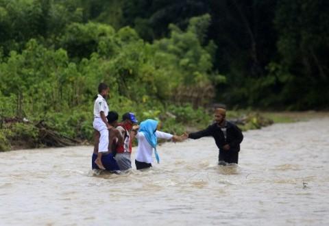 Rela Menyebrang Sungai Demi Bisa Belajar