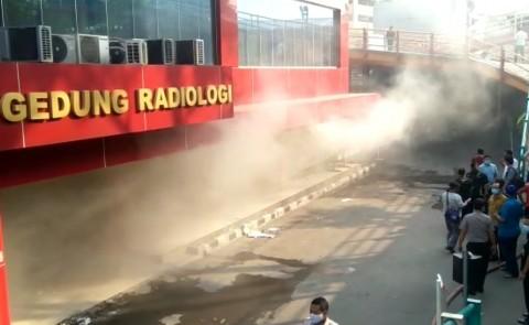 Mobil Penyedot Asap Diterjunkan di Kebakaran RS Polri