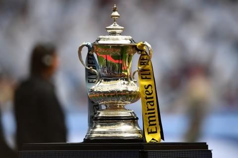Pemenang Piala FA Dilarang Angkat Trofi di Lapangan