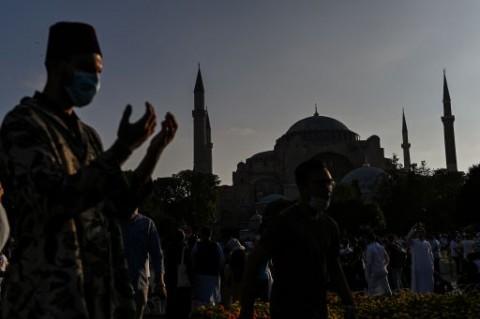 Warga Turki Penuhi Hagia Sophia Untuk Salat Iduladha