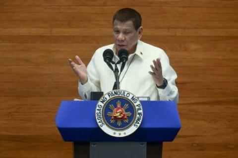 Presiden Filipina Imbau Warga Bersihkan Masker dengan Bensin