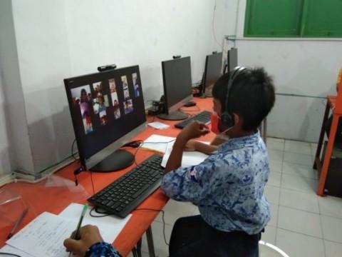 Tak Punya Gawai, Rusli Terpaksa Belajar Daring di Sekolah
