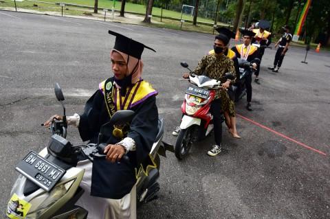 Unilak Riau Gelar Wisuda Drive Thru
