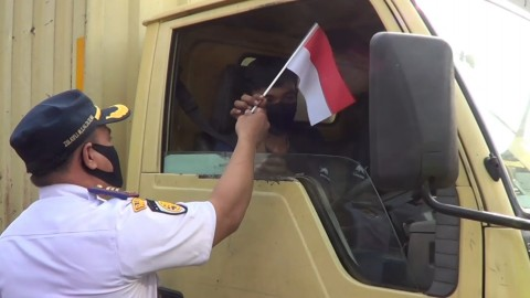 Petugas Bagikan Bunga dan Bendera  Sosialisasikan Ganjil Genap