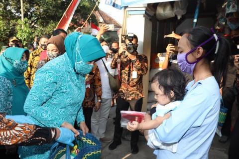 Tim Penggerak PKK Bagikan 26 Juta Masker dan Sembako di Jawa Timur