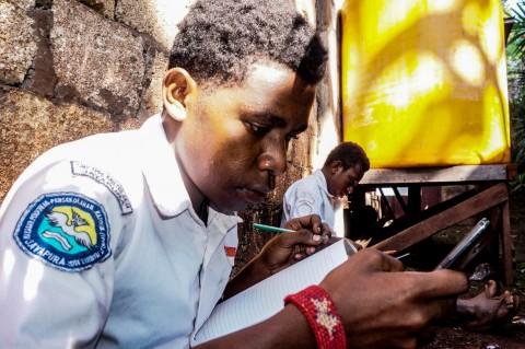 Pelajar di Papua Wajib Menggunakan Seragam Saat Belajar Daring