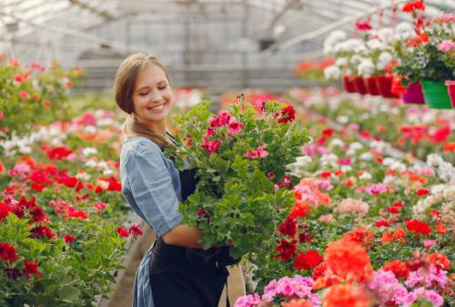 Berkebun diyakini dapat membuat mood terjaga sehingga kamu merasa lebih nyaman dan senang.(Foto: Ilustrasi. Dok. Freepik.com)