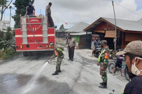 Pembersihan Debu Erupsi Sinabung Masih Berlanjut