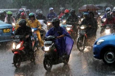 Ingat! Hindari Pakai Rem Depan Motor saat Hujan
